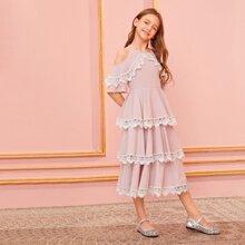 Maedchen schulterfreies Kleid mit Spitze Detail und mehrschichtigen Rueschen
