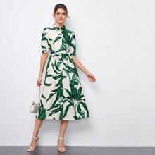 Einreihiges Kleid mit Puffaermeln, Guertel und tropischem Muster