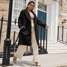 Mantel mit eingekerbtem Kragen, Taschen und Selbstguertel