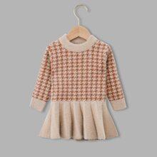 Pullover Kleid mit Hahnentritt Muster und Rueschenbesatz