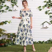 Kleid mit quadratischem Kragen, Blumen Muster und Guertel