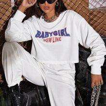 Crop Sweatshirt mit sehr tief angesetzter Schulterpartie und Buchstaben Grafik