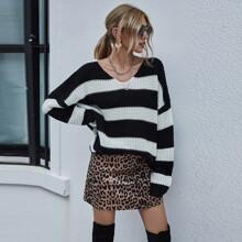 Pullover mit Farbblock, sehr tief angesetzter Schulterpartie und V-Kragen