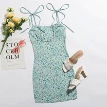 Kleid mit Bluemchen Muster, Band auf Schulter und Ruesche