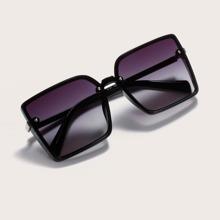 Sonnenbrille mit quadratischem Rahmen und getonten Linsen