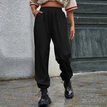 Einfarbige Hose mit schraegen Taschen