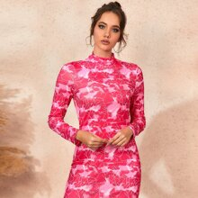 Figurbetontes Kleid mit Stehkragen und Geometrie Muster