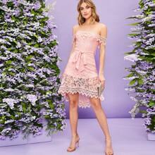 Schulterfreies Kleid mit asymmetrischem Saum, Guipure Spitze und Guertel