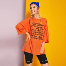 Neon Orange T-Shirt mit sehr tief angesetzter Schulterpartie und Buchstaben Grafik