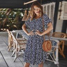 Kleid mit Muster und Schosschen auf den Ärmeln