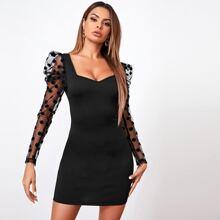 Figurbetontes Kleid mit Punkten Muster, Netzstoff und Gigotaermeln