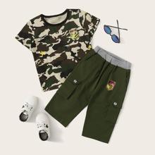 Camiseta de cmuflaje de niñitos con parche con pantalones cargo