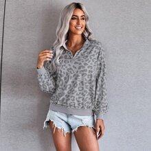 Sweatshirt mit Leopard Muster, sehr tief angesetzter Schulterpartie und halber Leiste