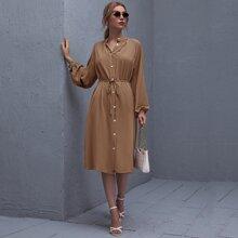 Kleid mit Raglanaermeln, einreihigen Knopfen und Selbstguertel