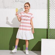 Vestido con estampado de letra y rayas de dos colores bajo con fruncido en contraste