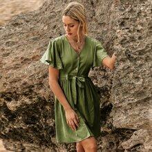 Einfarbiges Kleid mit Knopfen und Knoten