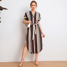 Kleid mit eingekerbtem Kragen, gerollten Manschetten, gebogenem Saum und Guertel
