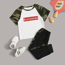 Camiseta de niñitos con letra y dibujo panel de camuflaje con joggers