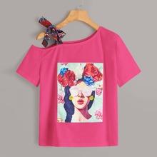 Camiseta con nudo de cuello asimetrico con estampado floral de figura