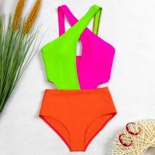 Einteiliger Badeanzug mit Farbblock und Kreuzgurt vorn