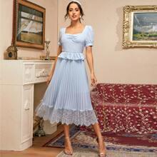Kleid mit Ruesche vorn, Raffungsaum, Falten und Ose Spitzenbesatz