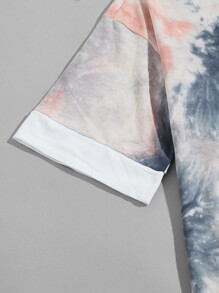 Men Contrast Panel Tie Dye Letter Patched Tee