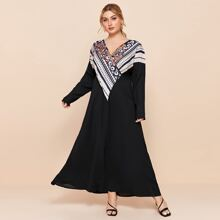 Kleid mit Paisley & Geo Muster und V Ausschnitt