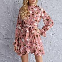 Kleid mit Stehkragen, Rueschenbesatz, Guertel und Blumen Muster