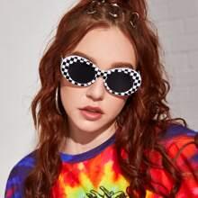 Sonnenbrille mit kariertem Muster und Acrylrahmen