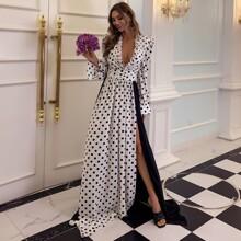 Kleid mit tiefem Kragen, Rueschenbesatz, Schlitz und Punkten Muster