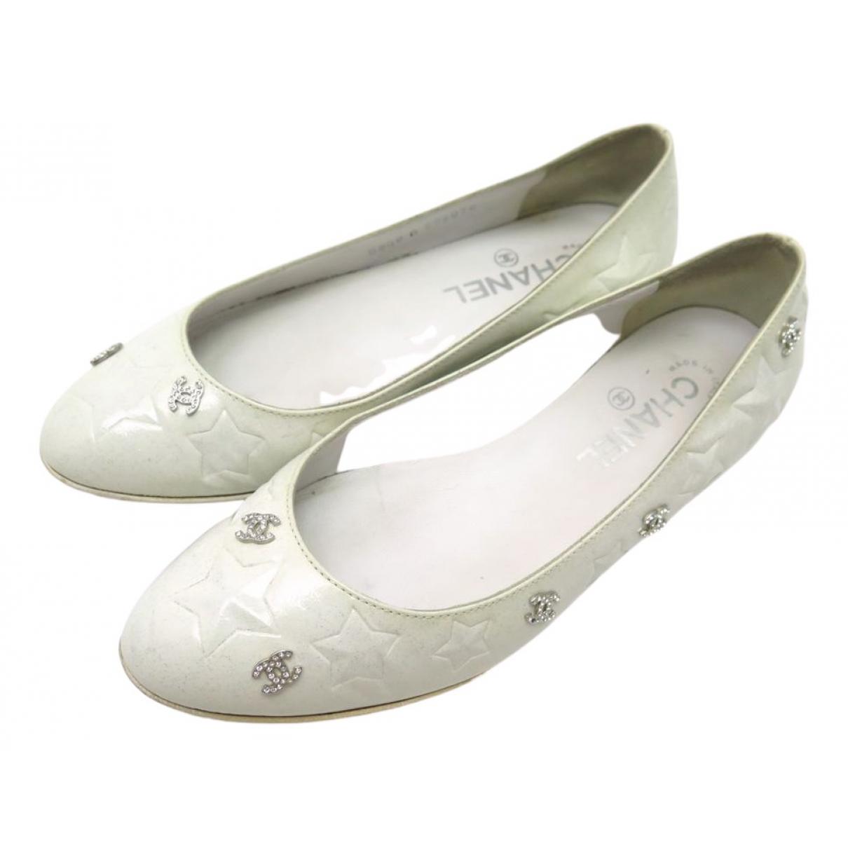 Chanel \N Ballerinas in  Weiss Lackleder