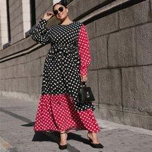 Kleid mit Punkten Muster, Schosschen am Saum und Guertel