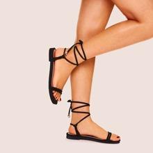 Flache Sandalen mit Spitze und Riemchen