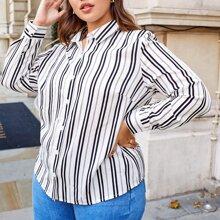 Camisa con boton de rayas verticales