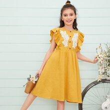 Maedchen Kleid mit Stickereien, Applikation Detail und Raffung Armloch