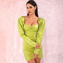 Figurbetontes Kleid mit Gigotaermeln, Ruesche und Wickel Design