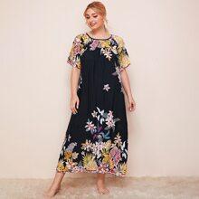 Nachtkleid mit sehr tief angesetzter Schulterpartie und Blumen Muster