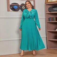 Kleid mit Knopfen vorn, Rueschenbesatz und Falten