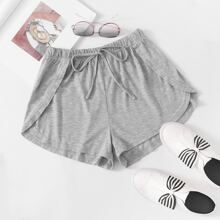 Einfarbige Shorts mit Tulpesaum und Band vorn