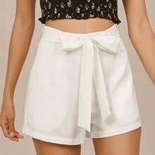 Shorts mit schraegen Taschen und Selbstguertel