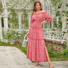 Schulterfreies Kleid mit Rueschen und Gaensebluemchen Muster