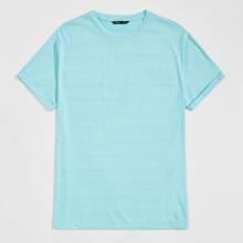 Einfarbiges T-Shirt mit gerollten Ärmeln