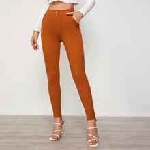 Schmale Hose mit schraegen Taschen und asymmetrischem Saum