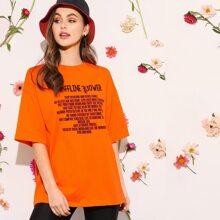 Neon Orange Top mit sehr tief angesetzter Schulterpartie und Buchstaben Grafik