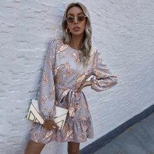 Kleid mit Paisley & Blumen Muster, Rueschenbesatz und Guertel