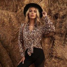 Camisa de hombros caidos con doble bolsillos de leopardo