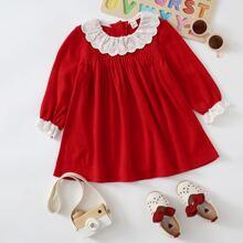 Vestido babydoll con fruncido schiffy en contraste