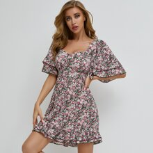 Kleid mit Herzen Kragen, Schosschenaermeln, Rueschen und Gaensebluemchen Muster