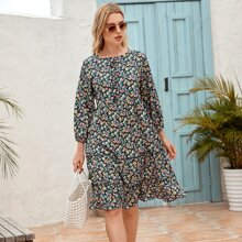 Kleid mit Bluemchen Muster und Rueschenbesatz