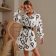 Glamaker Kleid mit sehr tief angesetzter Schulterpartie und Buchstaben Grafik ohne Guertel